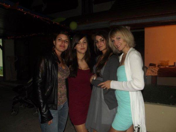 Mes deux soeurs (a droite ) ma cousine (a gauche) et moi :p