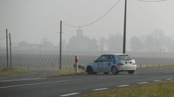 Mais où vais je ?..................Cet  équipage féminin cherche sa route au Rallye de la Fougère 2013..