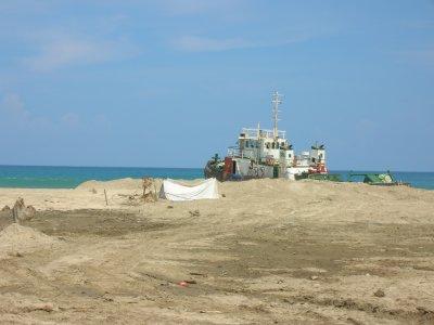 Voici la photo d'un bateau échouer sur les cotes d'indonésie