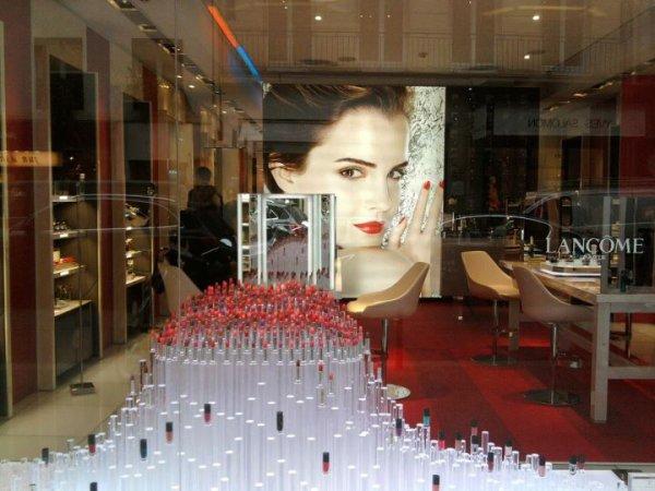 Emma de retour en Angleterre? + Photo d'un magasin Lancôme + Emma nommée aux Saturn Awards + Scan Autographe d'Emma