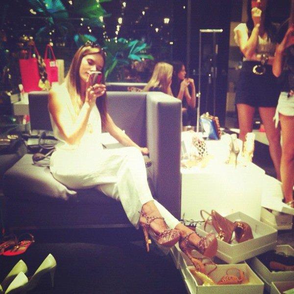 Alessandra Ambrosio candids et maquillage pour un photoshoot Victoria Secret