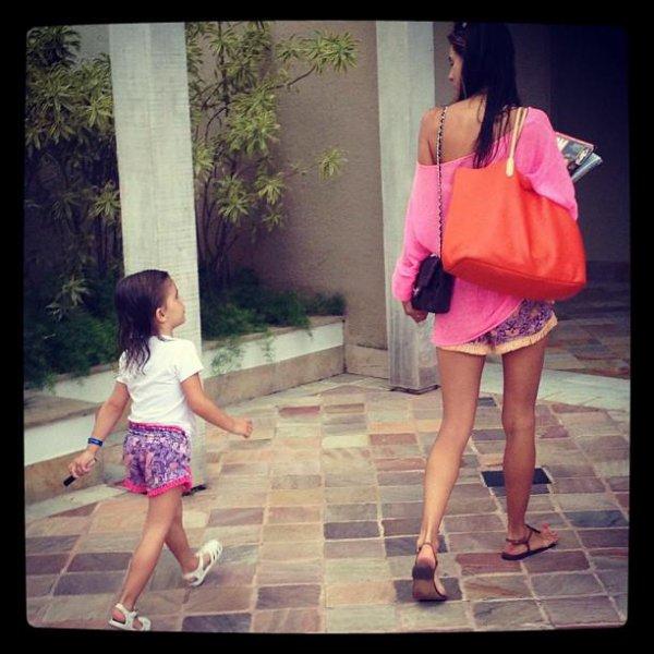 Nouvelle photo d'Alessandra pour le magasine V + Un nouveau Candid D'Alessandra et sa fille Anja.