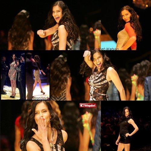Le 09.01.13 : Photos d'Adriana Lima en Turquie pour le Dosso Dossi Fashion Show.