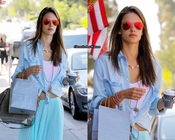 Le 20.06.13 : Alessandra a été vue à Brentwood se baladant tout en buvant un café...