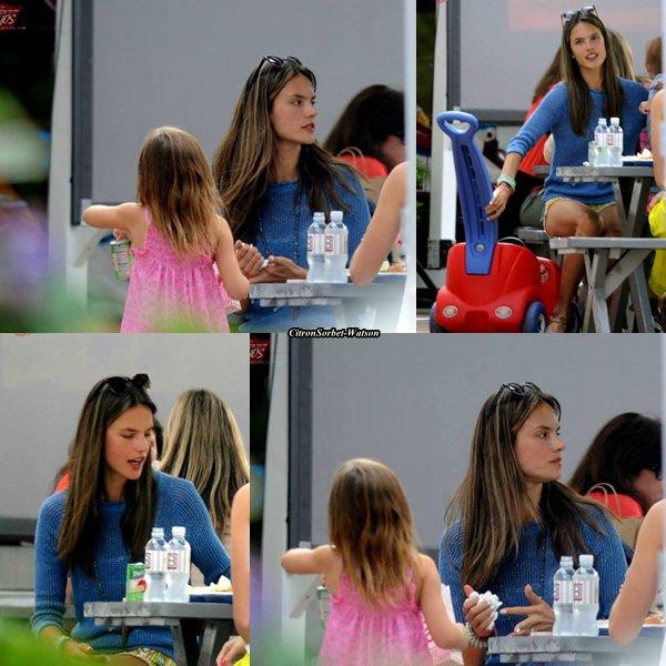 Le 24.06.13 : Alessandra Ambrosio était avec sa fille Anja à un Picnic à Santa-Monica...