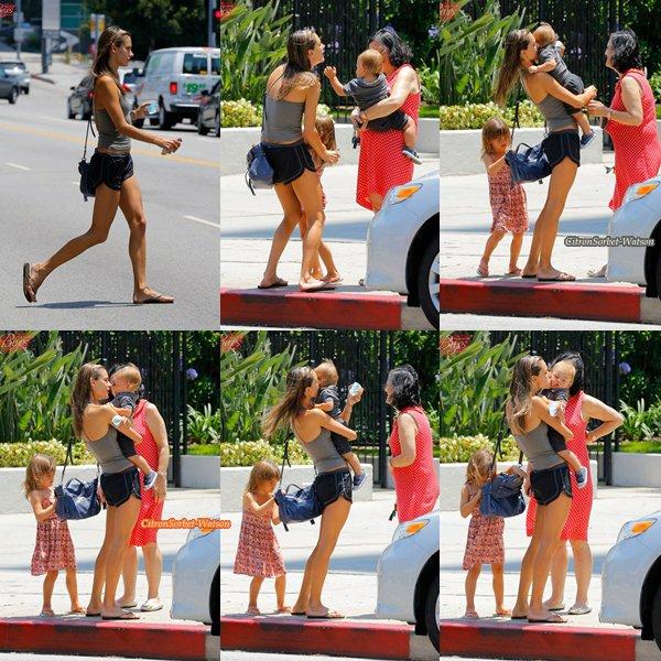 Le 29.06.13 : Alessandra était avec ses enfants Anja et Noah à Brentwood...