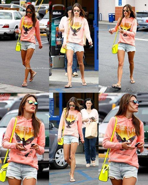 Le 03.07.13 : Alessandra était à Santa Monica en Californie et s'est arrêtée dans un magasin...