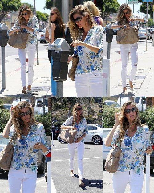 Le 17.07.13 : Gisèle faisait du shopping avec des amis à Santa-Monica...
