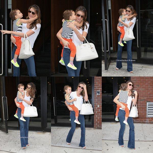 Le 31.07.13 : Miranda a été vue sortant des studios Milk à New-York avec son fils Flynn...
