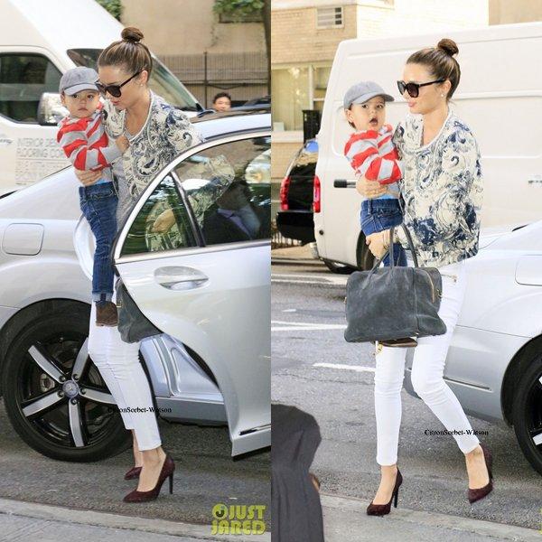 Le 25.09.13 : Miranda arrivait à son hôtel en compagnie de son fils Flynn à New-York...