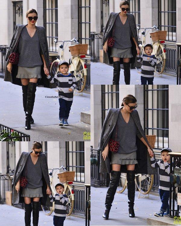 Le 08.10.13 : Miranda se baladait avec son fils Flynn à New-York...