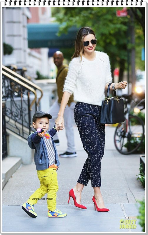 Le 18.10.13 : Miranda et son fils Flynn on été vus sortant de leur appartement de New-York...