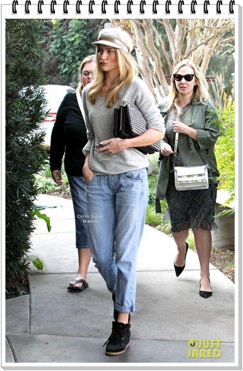 Le 17.11.13 : Rosie est allée déjeuner avec des amis à Los Feliz en Californie...