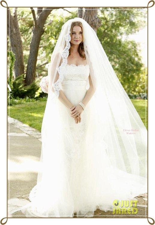 """Emily VanCamp en robe de mariée pour les besoins de son rôle dans la série """"Revenge""""..."""