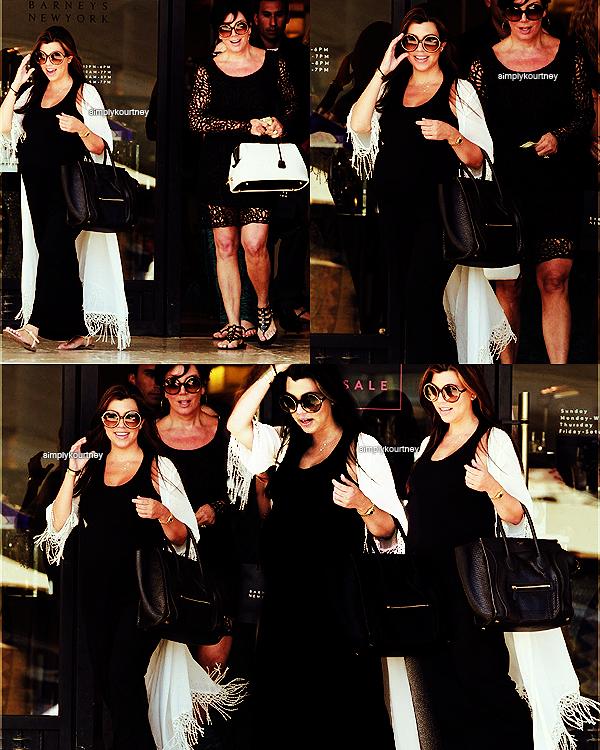 Le 05 juillet 2012: Kourtney, toujours enceinte, a été vue avec sa maman faisant du shopping!