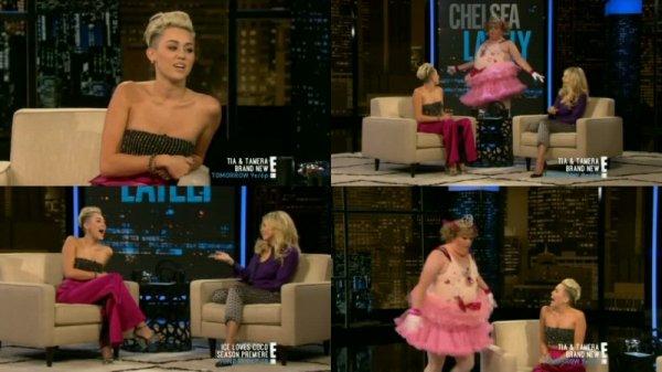 """21 octobre 2012: Miley a été au show de """"Chelsea Lately"""" pour faire la promo de """"Mon oncle Charlie"""""""