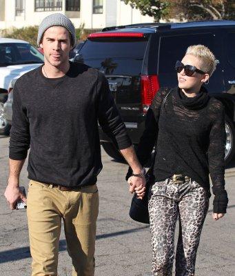 22/12/2012: Retrouver des photos de Miley sortant d'un starbuck avec Liam à Toluca Lake