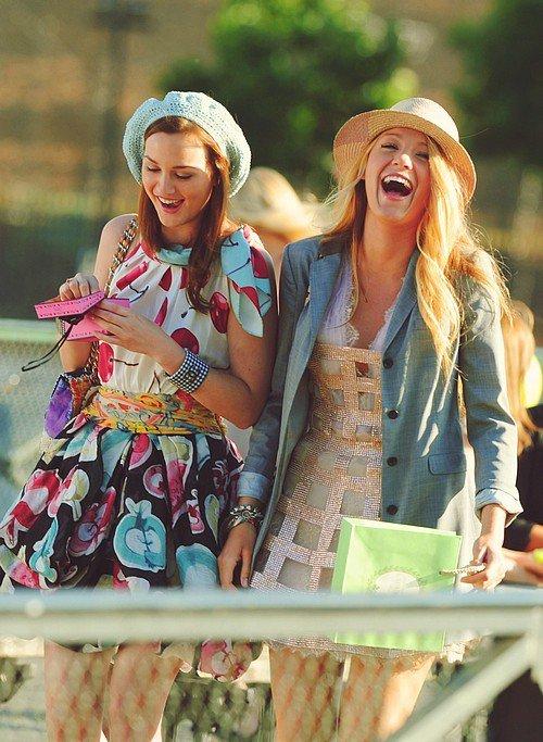 Tu me demandes ce que c'est l'amitié ? Tu vois la jolie brune et la grande blonde ? Oui, celles qui rient aux éclats. Tu les vois ? Et ben c'est ça l'amitié.