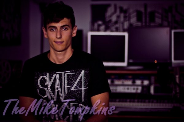 Je tiens à souhaiter un joyeux anniversaire à Mike qui a aujourd'hui 24 ans ! JOYEUX ANNIVERSAIRE ! :D