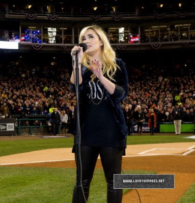 DEMI CHANTE L'HYMNE NATIONAL AMÉRICAIN À UN MATCH !