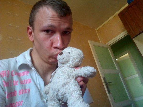moi avec mon doudou  qui me manque :(