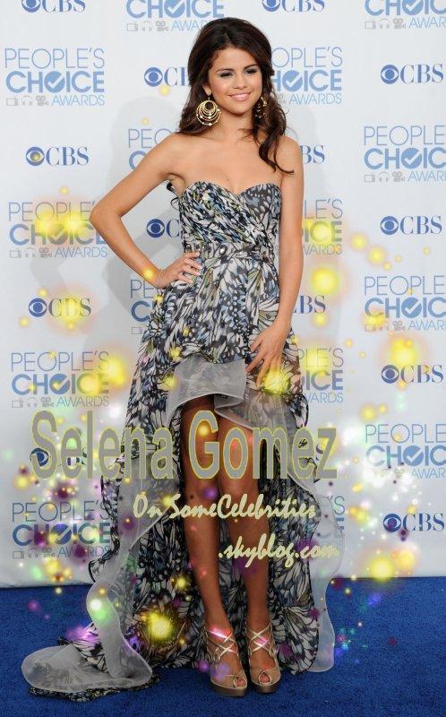 BEAUTIFUL LOOK - SELENA GOMEZ Rayonnante et sublime, Selena Gomez a enflammé le tapis bleu des People's Choice Awards 2011 en ce début janvier : )