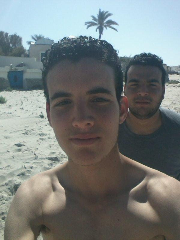 a la plage avec mon cousin ;) <3