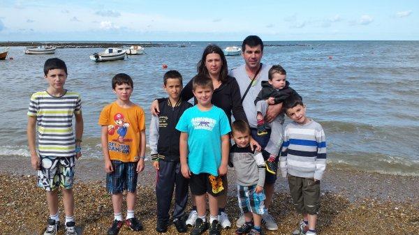 Moi mon chéri et nos 7 garçons aux bord de la mer