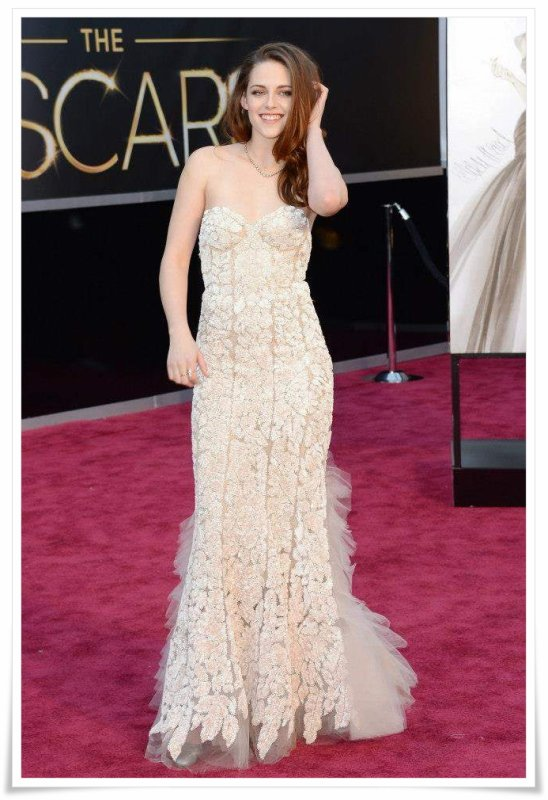 24.2.13 Kristen aux Oscars ... en béquilles !