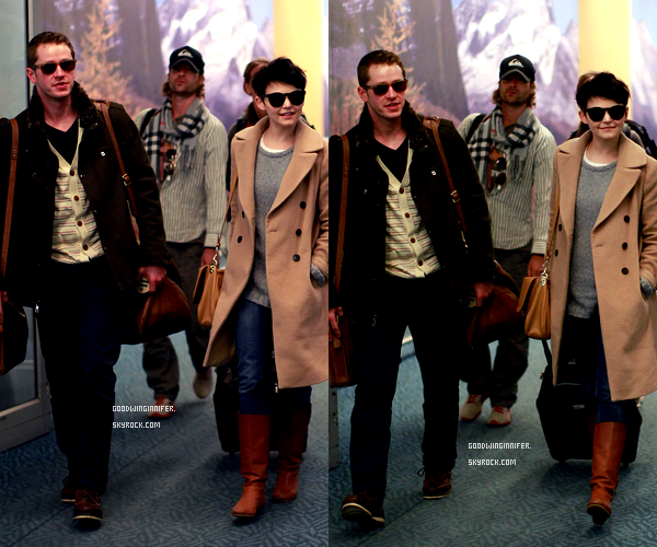 CANDIDS|GINNIFER ET JOSH ETAIT À L'AEROPORT DE VANCOUVER LE 27 FÉVRIER 2012. | Sa tenue est simple mais jolie.