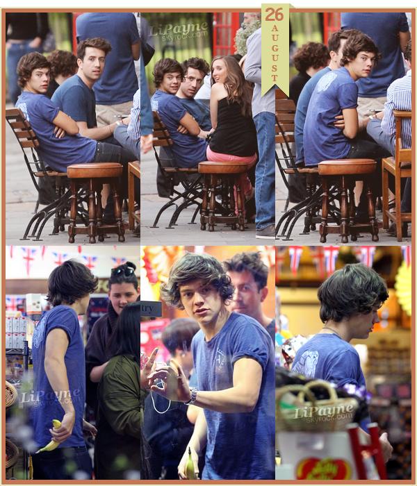 .  AUGUST, 26 : Harry était avec des amis dans Primrose Hill, à Londres..