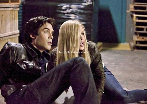 ___» ENFIN on peut voir Claire Holt (Rebekah) dans le dernier épisode de la saison 3 de The Vampire Diaries. «Déterminé à protéger sa soeur, Jeremy prend une décision qui va tout changer. Dans la dure réalité de la situation présente, Elena regrette des temps plus simples quand ses parents, Grayson (Jason MacDonald) et Miranda (Erin Beute) et sa tante Jenna (Sara Canning) étaient encore en vie et que leur plus grand souci était sa relation avec Matt. Stefan et Damon quittent Mystic Falls ensemble pour une mission mais se séparent rapidement quand Elena a besoin de l'un d'eux. Caroline et Tyler sont obligés de prendre une décision susceptible de changer une/des vie(s). Enfin, Bonnie passe un accord secret qui a des conséquences déchirantes.»