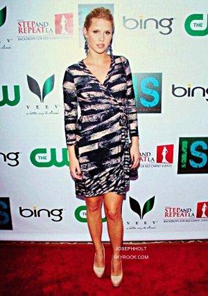 ___» Claire Holt était à la ISF The Influence Affair Dinner en compagnie de Nina Dobrev, Ian Somerhalder et nous avons pu voir également Kayla Ewell qui jouait le rôle de Vicky dans The Vampire Diaries.
