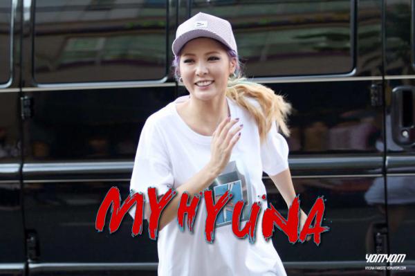 hyuna se promenant à Séoul. Pour la tenue, je suis totalement fan! Je love le pull très FUN et le short trop cool. Je kiffe beaucoup ses lunettes