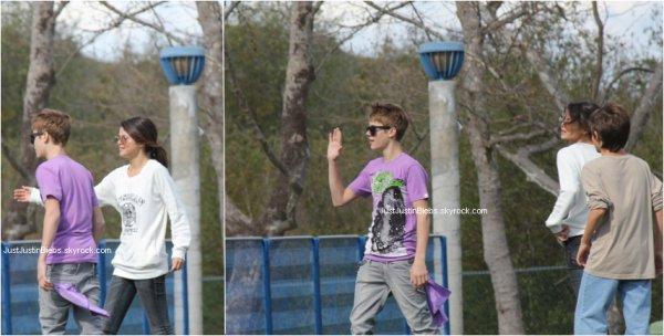 """26th February - Malgrés toutes les rumeurs comme quoi le couple """"Jelena"""" aurait cassé ... On a trouver 2 photos des jeunes superstars se promenant dans un parc ;) Alors votre avis sur """"Jelena"""" ?"""