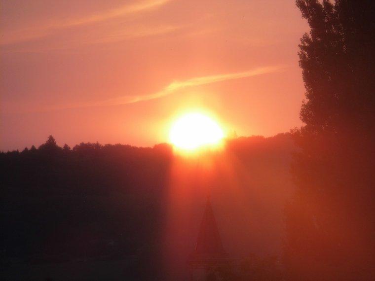 Un couché de soleil c'est comme la vie on apprécie le contempler mais il ai pas éternelle c'est pour sa qu'il faut savoir profité de chaque instant peu importe le temps qu'il dure et attendre le prochain car le soleil va se relevé demain.