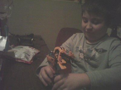 mon fils qui galere avec son transformers
