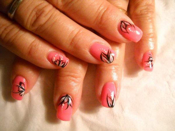 gel rose avec déco liner noir et blanc