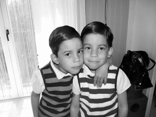 voilà  mes  amours  de  jumeaux  ils  vont  avoir  bientôt  5 ans  ça passe  trop  vite