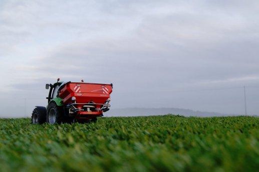 épandage engrais sur champ de grains