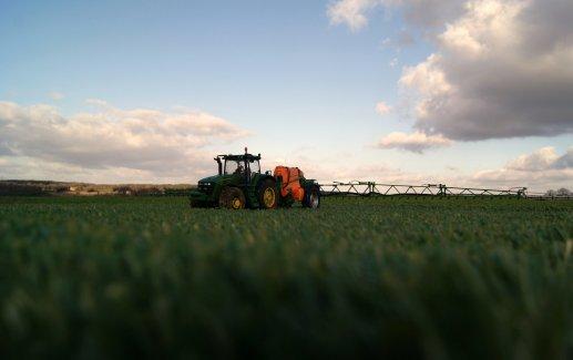 pulvé amazone en action sur champ de grains