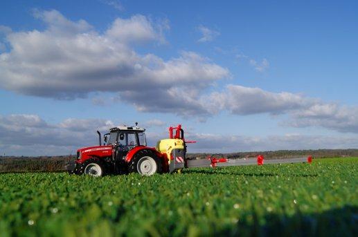 pulvé vicon en action dans champ de grains