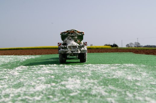épandage de chaux sur prairie