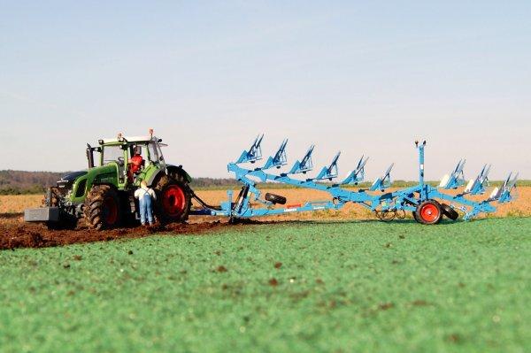 charrue lemken et 936 en action sur prairie
