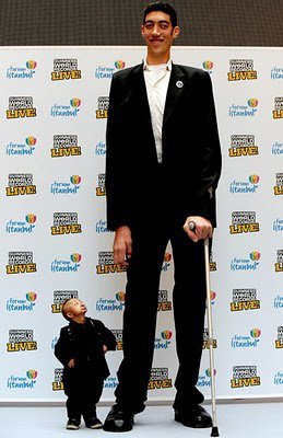 L'homme le plus grand du monde et le plus petit !