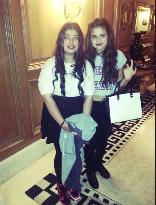 Selena posant avec une fan