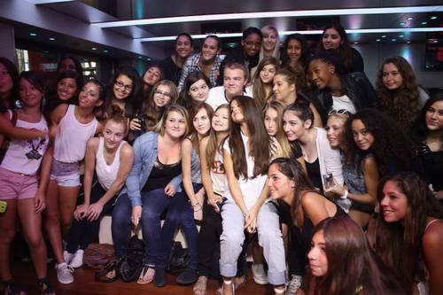 Selena posant avec des fans à NRJ Studios