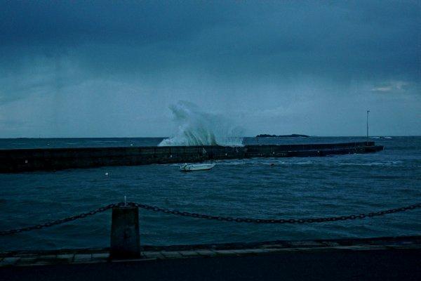 Ce soir vers 18h30 à Portivy, la houle revient, prémisse des dépressions à venir...