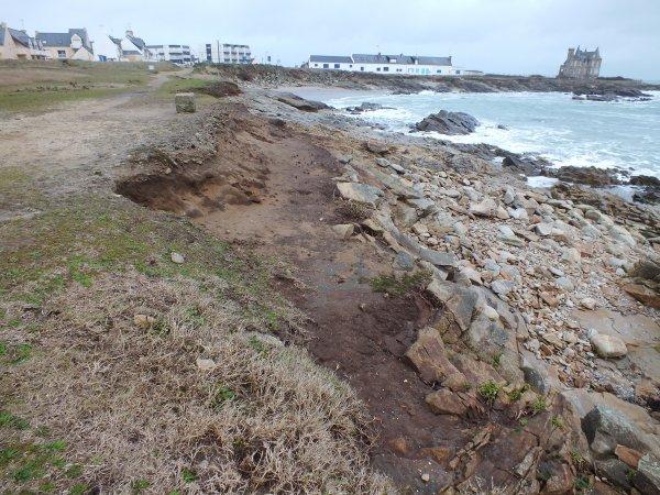 La côte a beaucoup reculé au début de la côte sauvage prés du château Turpot.