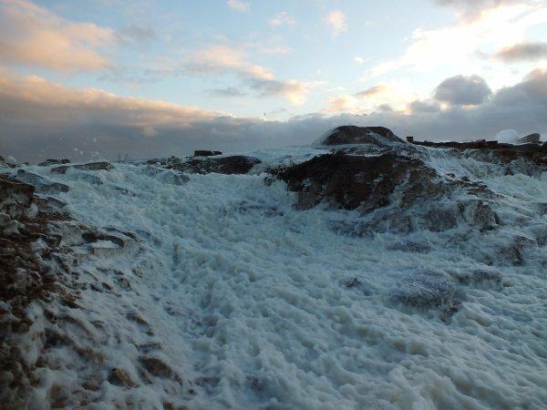 Rafales jusqu'à 70kts(125 km/h) parfois assez brutales,aplatissant la mer, formant des vallées blanches à certains endroits.